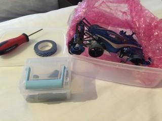 旅行にミニ四駆1台とドライバーとマルチテープと電池