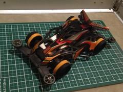 オレンジのペラタイヤを付けた素組みマシン