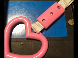 つり革、ピンクでハート型。