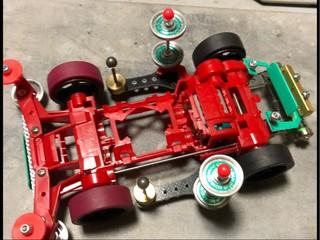 大径カーボンホイールと限定タイヤ、フロントとサイドのローラーでシメ。