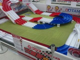 コジマ×ビックカメラ東海大学東店ミニ四駆コース